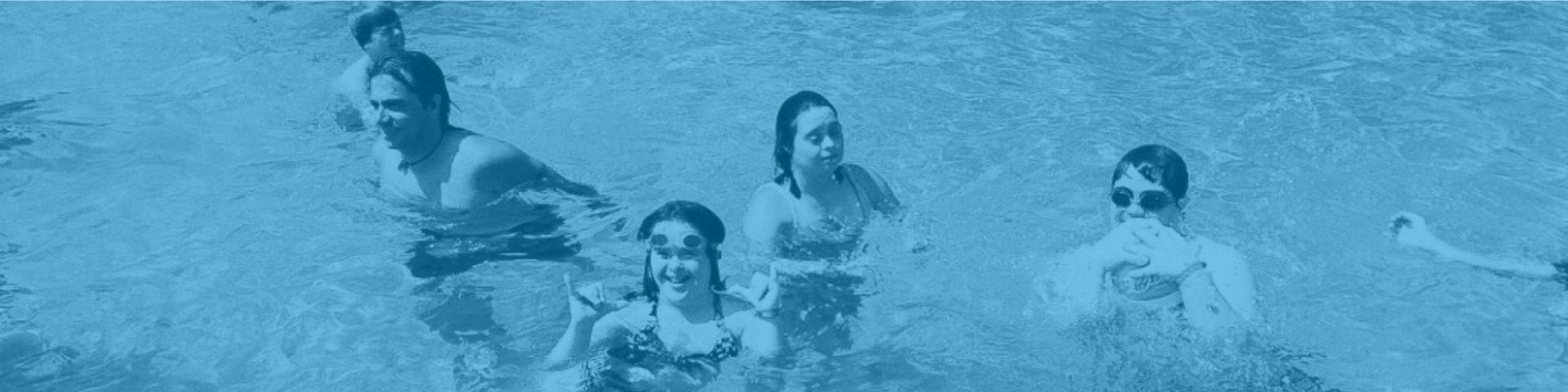 Jóvenes divirtiéndose en una piscina al aire libre