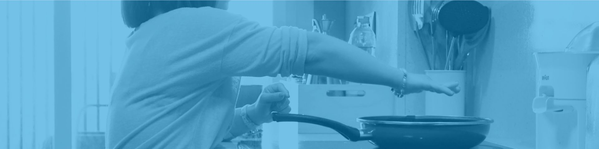 Mujer prueba temperatura de sartén en una cocina