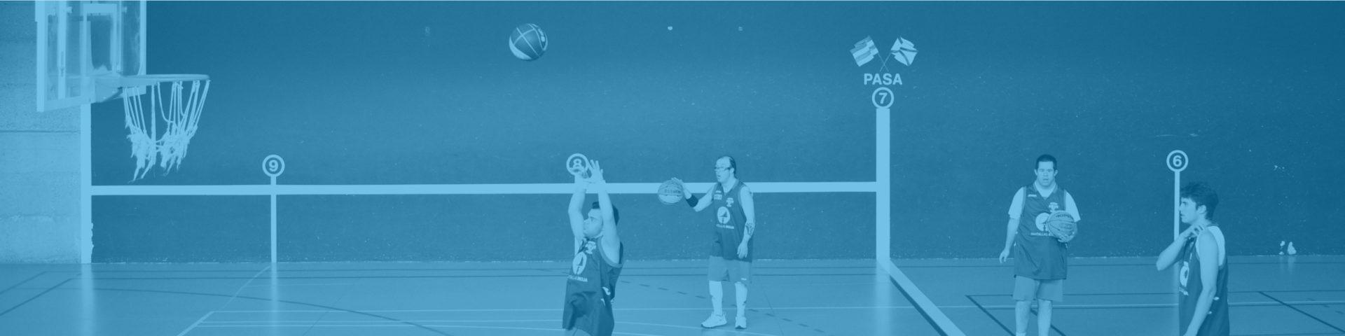 Jóvenes con síndrome de down jugando al baloncesto en una cancha deportiva